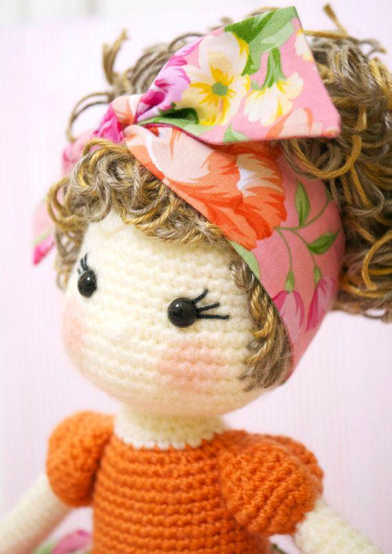 Si tratta di una bambola uncinetto amigurumi a mano finito di una splendida bambola chiamata Tootie creato da @petite_tini (Instagram).  Tootie è una ragazza vivace, entusiasta della ballerina che appena ha così tanto amore da dare! Quando lei entra in una stanza, lei porta un sorriso sul volto di tutti. Ha un body arancione e corrispondenti floreali e a righe tutu gonna completa con una sottoveste di tulle sotto esso. Sui suoi piedi sono un paio di scarpe di balletto arancione. Suoi capelli…