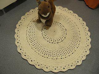 Crochet doily rug. Free pattern.