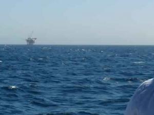 Une vague géante frappe une plateforme pétrolière, faisant un mort !!! • Hellocoton.fr