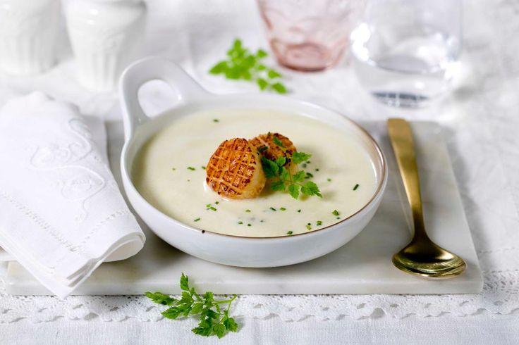 Jordskokksuppe er en god forrett i seg selv, men med stekte kamskjell blir det raskt en rett for et gourmetmåltid.