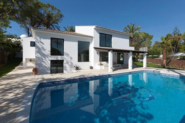 Design villa for sale in Nueva Andalucia.Totally renovated contemporary villa, south facing and in the heart of the Golf Valley. Excellent location, high quality!