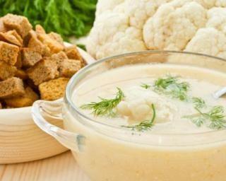 Soupe froide de chou-fleur au lait de coco et pain d'épice : http://www.fourchette-et-bikini.fr/recettes/recettes-minceur/soupe-froide-de-chou-fleur-au-lait-de-coco-et-pain-depice.html