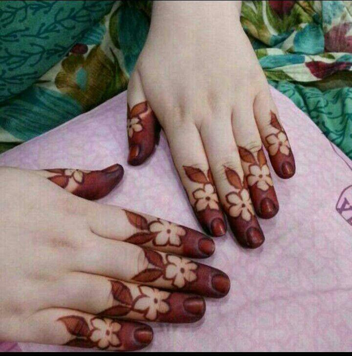 Pretty henna fingers