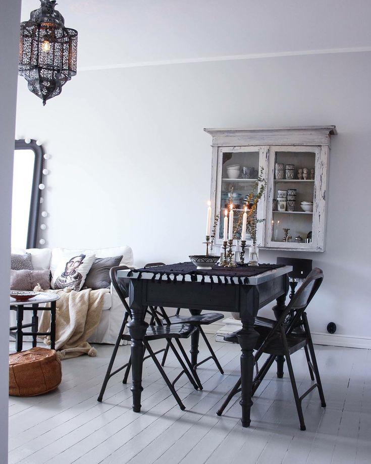 Livingroom vintage , shabby chic , bohemik , Boho , vitrinskåp , skåp , diy , plankgolv , trägolv , tine k , Day home , vardagsrum , matrum , matbord , svart , vitt , grått , interior , inspiration , inredning , Marocko , ljusstakar , antik , måla , målat , chabby , rustik
