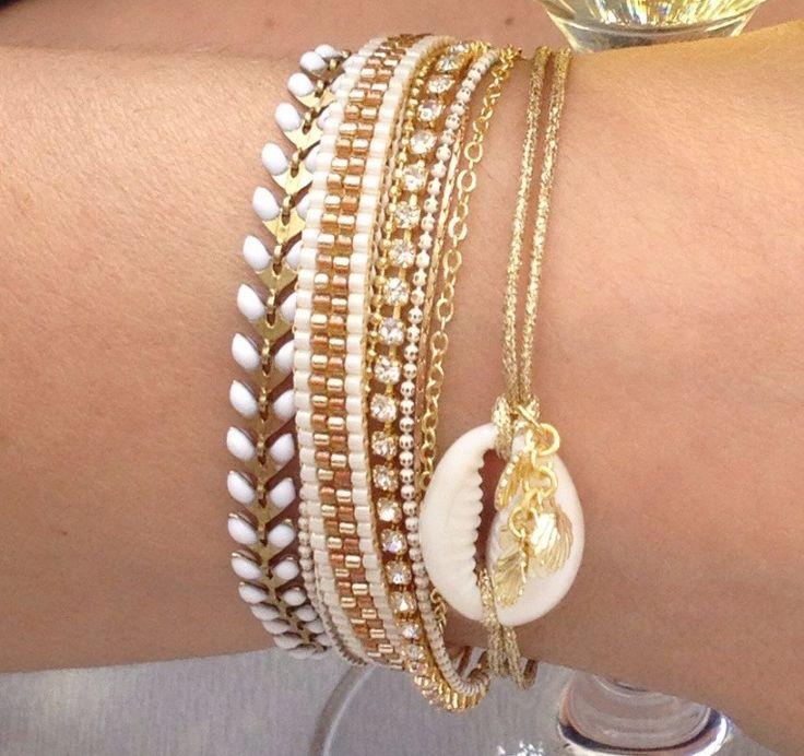 Bracelet perles miyuki blanc et doré chaînes, pompon et coquillage cauri