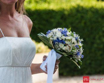 Matrimonio.it   #Bouquet di #fiori bianchi e blu per la #sposa