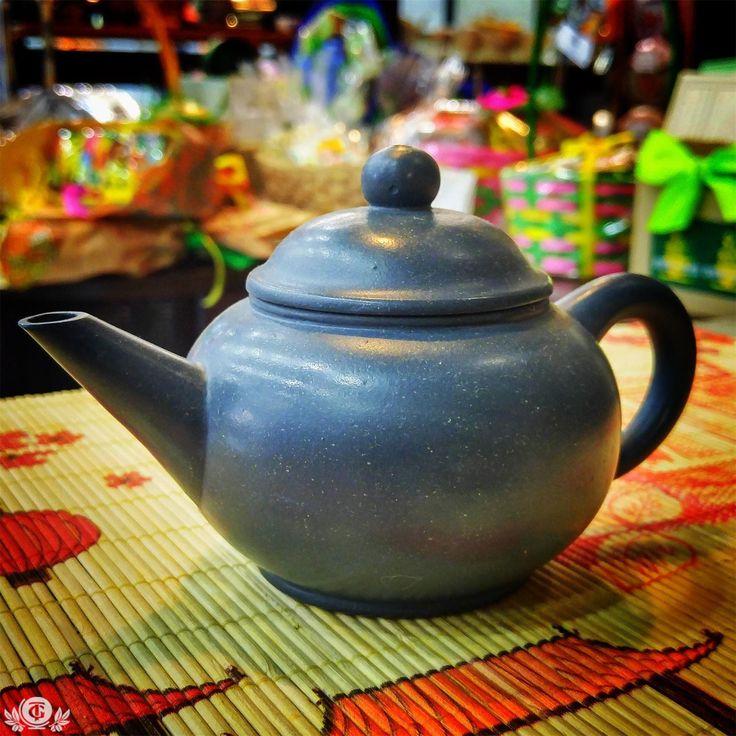 Глиняные чайники из города Исин, городской автономный округ Уси, провинция Цзянсу, являются неотъемлемыми атрибутами для любителей хорошего китайского чая как в самой Поднебесной, так и за ее пределами. Обычно маленькие, приземистые, с землянистыми или песчаными оттенками, искусно сделанные из особого материала, – все это делает их идеальным сосудом для заваривания чая. Обожженная исинская глина обладает свойством  раскрывать чайный лист, проявлять вкусовые оттенки, усиливать аромат и вкус…