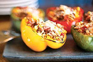 Un plat végétarien parfait: des poivrons colorés farcis de simili-bœuf haché, de riz et de maïs.