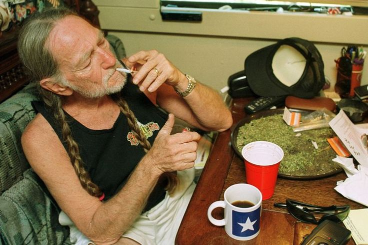 ♡♥Willie Nelson smokes a joint at home in Texas - click on pic to see a larger pic♥♡
