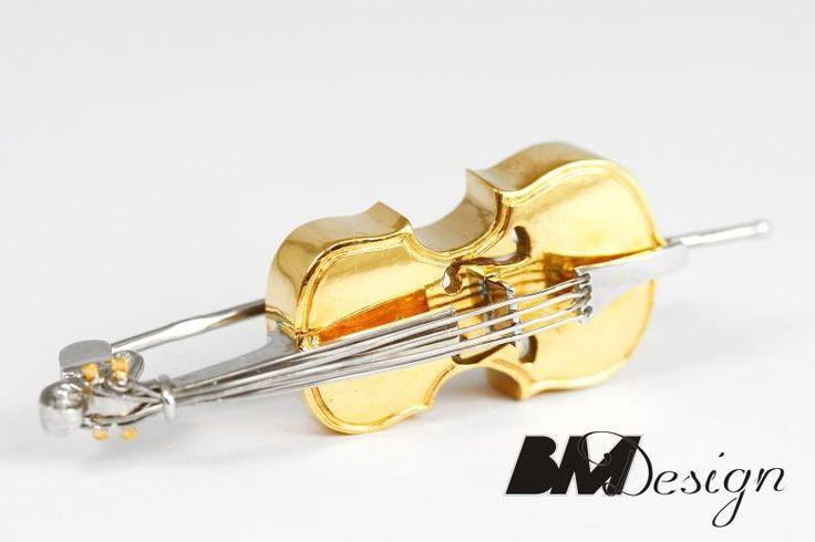 Srebrna broszka wiolonczela. Srebrna wiolonczela Projekt i wykonanie BM Design.  Rzeszów #wiolonczela #sygnet #obrączki #obrączkiślubne #diamenty #pierścionekzaręczynowy #jubiler #złotnik #naprawa #nazamówienie