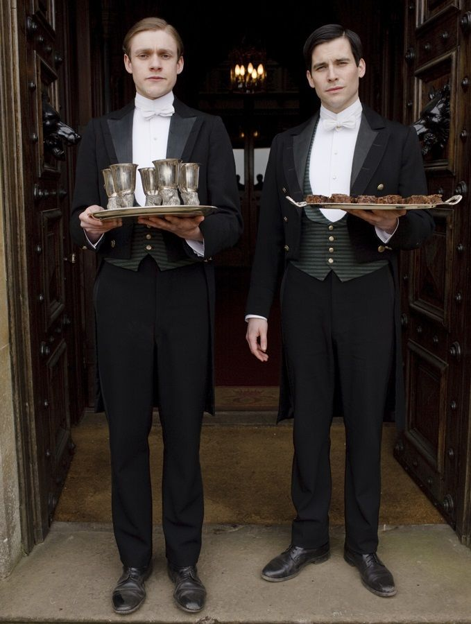 トーマス(右)は第一下僕、ウィリアム(左)は第二下僕です。 貴族にとって、下僕を持つ事は贅沢なこと。 彼らは「見せる」存在でもあり、外見もよく、未婚であることが条件です。 お客様の応対、食卓では給仕を行い、銀食器の手入れも仕事の一つ。 ちなみに執事に昇格するためには、この下僕をつとめあげないといけないそうです。