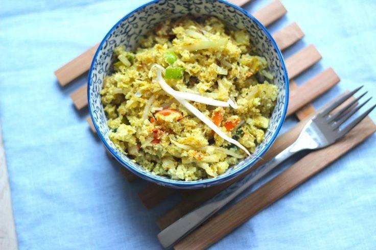 We hebben echt een super lekker en gezond recept, namelijk rijst van bloemkool. Het recept is heel simpel. Je raspt rauwe bloemkool, even aanbakken en klaar