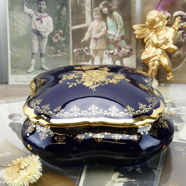 Boite limoges - Boite à coton - Boite à bijoux - Grande boite en porcelaine - Limoges de luxe - Bleu or - Salle de bain - Français - Paris par ChezUlysseVintage sur Etsy https://www.etsy.com/fr/listing/559671346/boite-limoges-boite-a-coton-boite-a