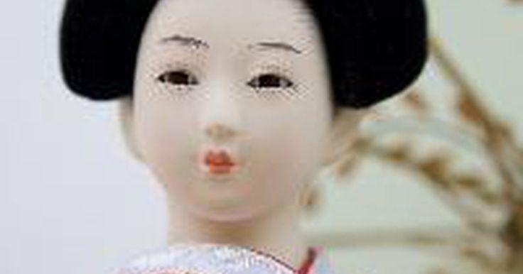 Como distinguir entre culturas japonesa e chinesa. A cultura asiática gira em torno de antigas tradições de beleza, arte, medicina e culinária. No entanto, nem todos os asiáticos compartilham as mesmas tradições. Siga estes passos para distinguir entre as culturas japonesa e chinesa.