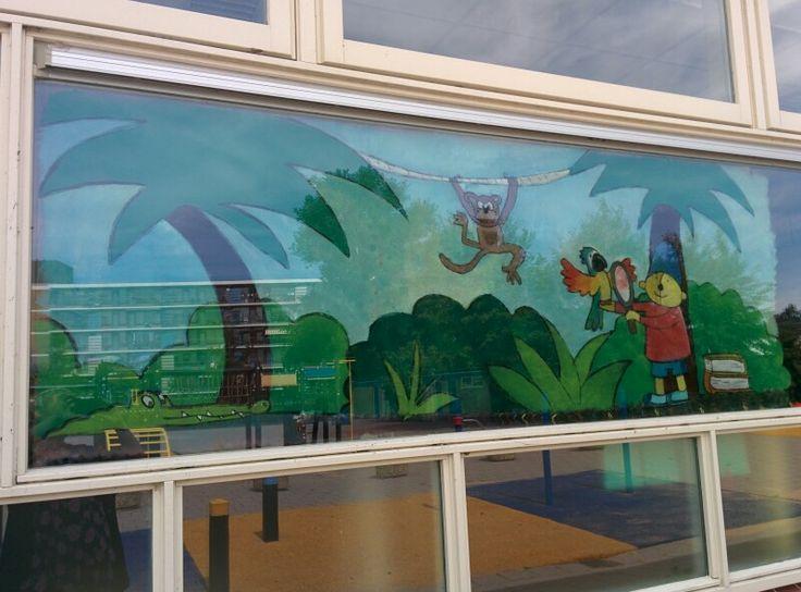 Raamschildering Pom Pom op onderzoek in de jungle bij de papegaai van 'een echt papegaai'