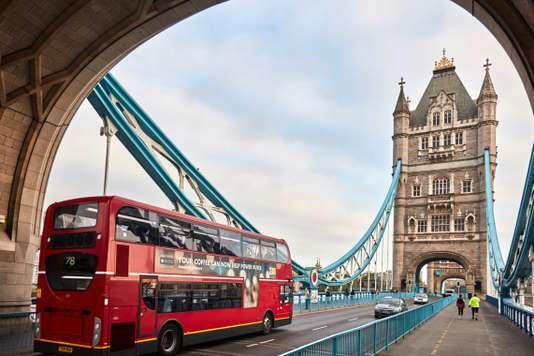 Le Monde : A Londres, des bus rouges carburent au café - A partir de lundi, le biocarburant des bus de Londres intégrera de l'huile extraite de marc de café recyclé. Laura : Le problème de la pollution dans les grandes villes est un sujet d'actualité, particulièrement à Madrid. J'ai trouvée intéressante cette proposition qui consiste à transformer des déchets du café en biocombustible pour les bus londoniens. Cette idée contribue à réduire les émissions de CO2.
