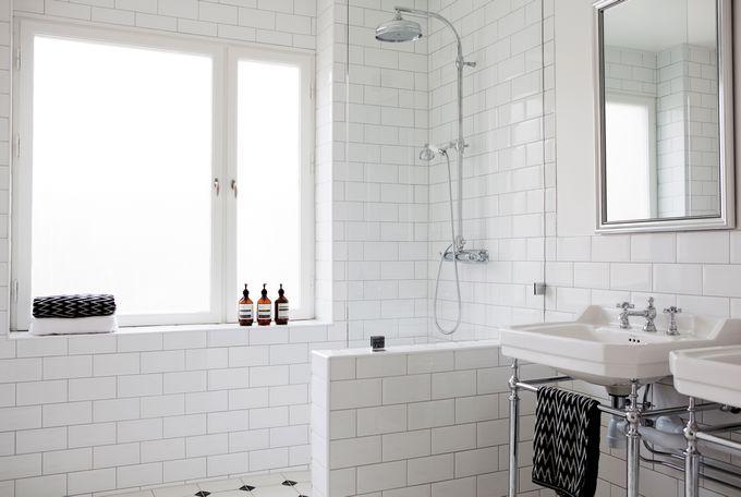 Ett snygg vitt badrum som flörtar med retrostilen och 1920-tal. Vita kakel i halvförband är både enkelt och klassiskt som det är här!