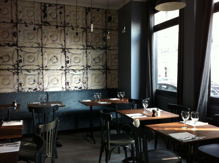 """Intérieur restaurant Bistro d'Edouard à Suresnes, incroyable papier peint de chez """"Merci""""..."""