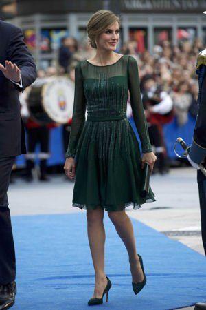 la princesse letizia d'Espagne lors d'une cérémonie le 25 octobre 2013 dans une jolie robe vert sapin.