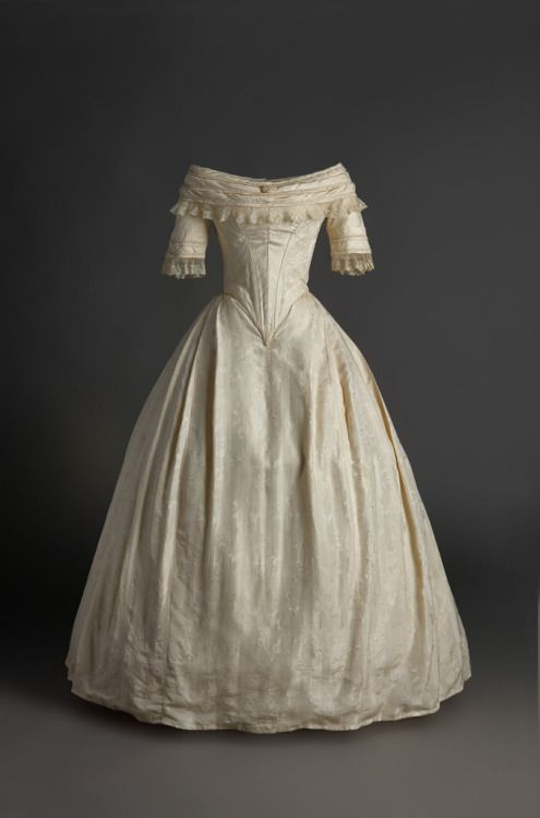 Wedding dress, 1840′sFrom the Museo del Traje via the Museo del...