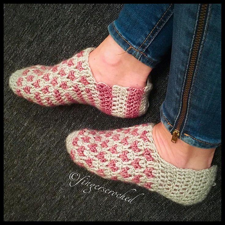 Verkligen, tack  för all respons på de ofärdiga tofflorna/sockorna/vad det än må bliva! Jag har min favorit, men undrar vilken av dem du föredrar om det skulle bli ett mönster? (Ingen av dem är färdiga alltså) ---------------------------------------------------- #virka #virkat #crochet #virkkaus #hekle #hekling #hekledilla #fingerscroched #lillahjärtat #littlehearts #hjärta #heart #rosa #pink #virkstagram #instacrochet #crochetersofinstagram #fingerscroched #uncinetto #ganchillo #haken…