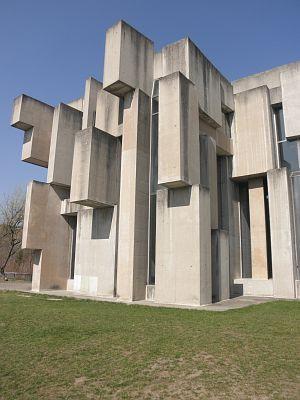 Wotruba Kirche / Die Wotrubakirche, auch Kirche Zur Heiligsten Dreifaltigkeit, ist eine römisch-katholische Kirche aus Betonblöcken in Wien. Sie wurde von August 1974 bis Oktober 1976