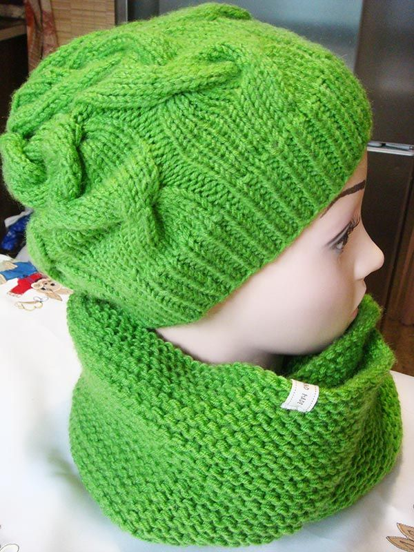 This free infinity scarf knit pattern and previously posted knit hat pattern make a wonderful winter knitting set. Patterns for beginners, but not only.