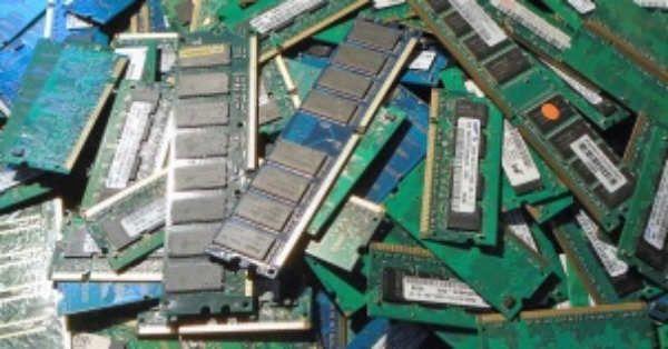 El precio de los componentes de ordenador se suele mantener relativamente estable a lo largo del tiempo. Éstos se mantienen relativamente estables en el tiempo, y lo único que cambia es la velocidad y características del componente que adquieres con el paso del tiempo. Por ejemplo, un procesador i7 como el i7-6700K vale los mismos 300 euros que han valido sus antecesores en los últimos seis años. Con la RAM...