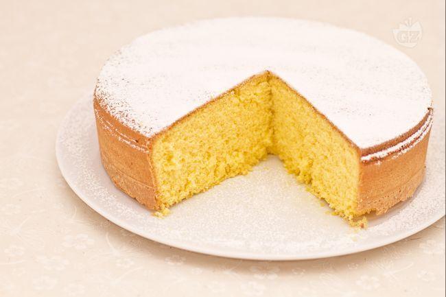 La torta margherita è un dolce formato da un impasto molto semplice di uova, farina e zucchero arricchito da burro fuso che renderà il gusto del dolce molto più rotondo e invitante