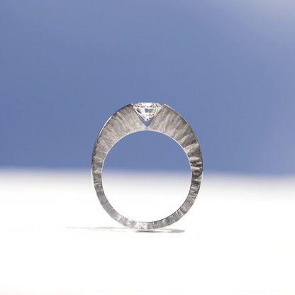 ダイナミックな側面のテクスチャーと、ノッチグリップセッティングが融合したSORAの造形美。 *エンゲージリング 婚約指輪・オーダーメイドまとめ一覧*
