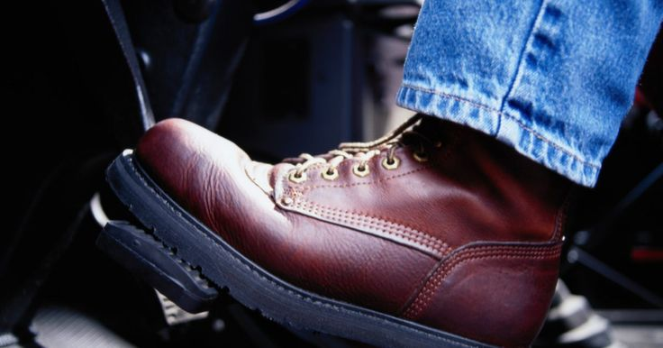 Como remover manchas de óleo de oliva de botas de couro. Já aconteceu com todos nós. Você vai a uma festa ou algum outro evento, e alguém derrama molho de salada ou azeite em suas botas de couro novinhas em folha, arruinando o seu dia. Você tem certeza de que suas botas irão para o lixo, mas elas não precisam ir. Com alguns passos e um pouco de raciocínio rápido, suas botas ainda podem ser salvas