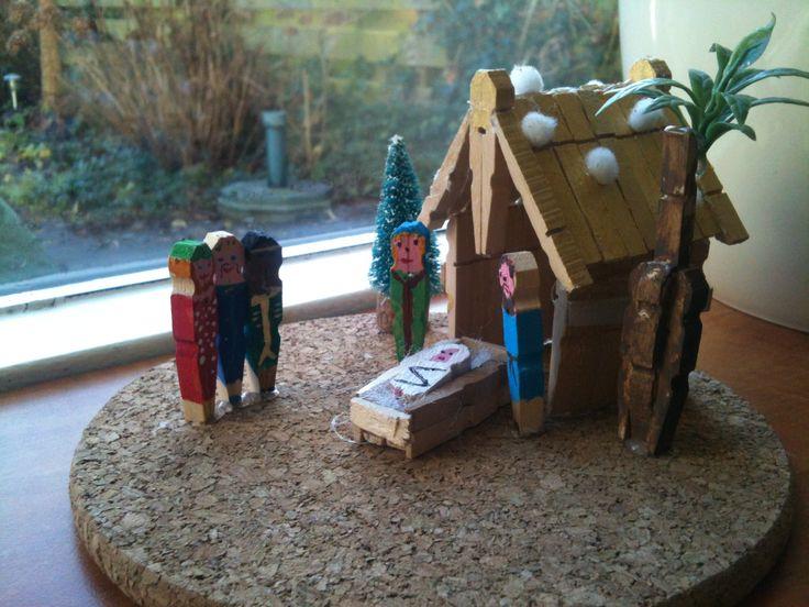 Tim heeft een kerststal van knijpers gemaakt