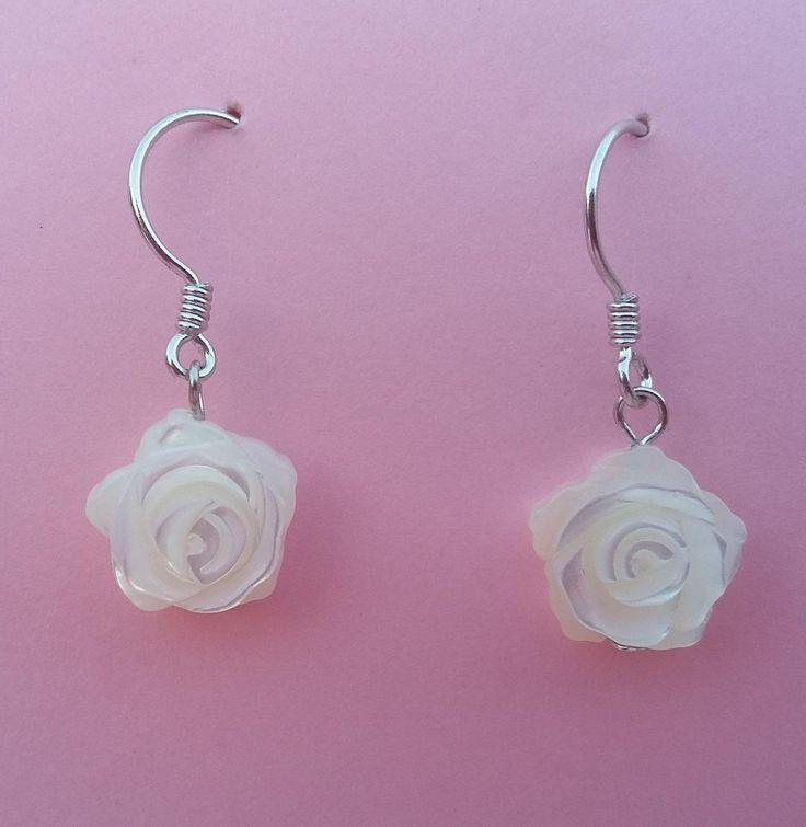 Pendientes de gancho de plata con madreperla en forma de rosa. Ideales para uso a diario y, a la vez, muy elegantes. Largo 2,5 x 0,7 cm. 21,90€