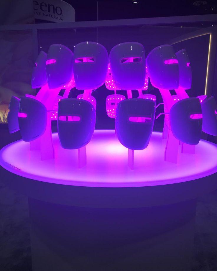 Muitas novidades e lançamentos por aqui!  Máscaras com LED para tratamento de acne em casa! LED é uma  luz de baixa intensidade que tem ação anti-inflamatória e também sobre a bactéria que está envolvida na formação da acne o Propionibacterium acnes. Aqui nos EUA já está à venda vi no mercado por 34 dólares ! Se funciona bem na prática eu ainda não sei mas tem fundamento para ser mais um aliado no combate à acne. Como tenho muuuuita coisa pra mostrar pra vcs mais novidades de produtos  vou…