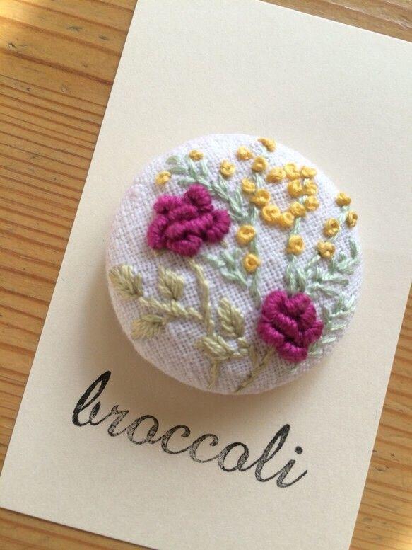 バラの花をメインに、草花の刺繍をあしらった作品です。ヘアゴムに仕上げました。上品な刺繍の大きめくるみボタンで、存在感がありますよ。ゴム部分は、好きな色 太さの...|ハンドメイド、手作り、手仕事品の通販・販売・購入ならCreema。