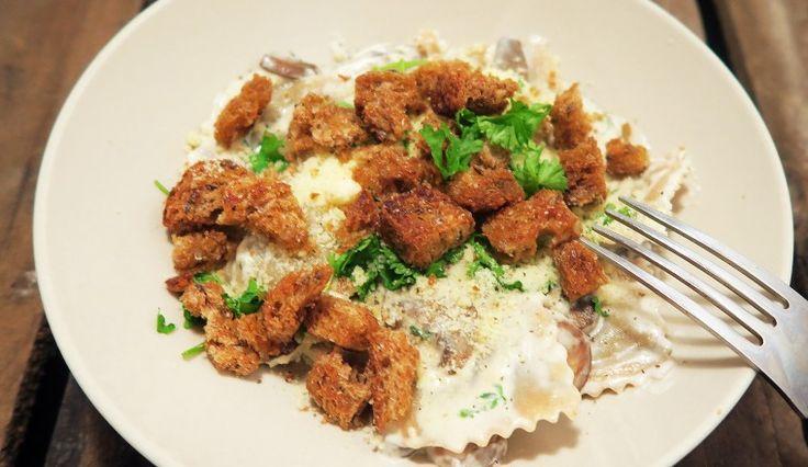 Romige ravioli met champignons, kaas, peterselie en croutons