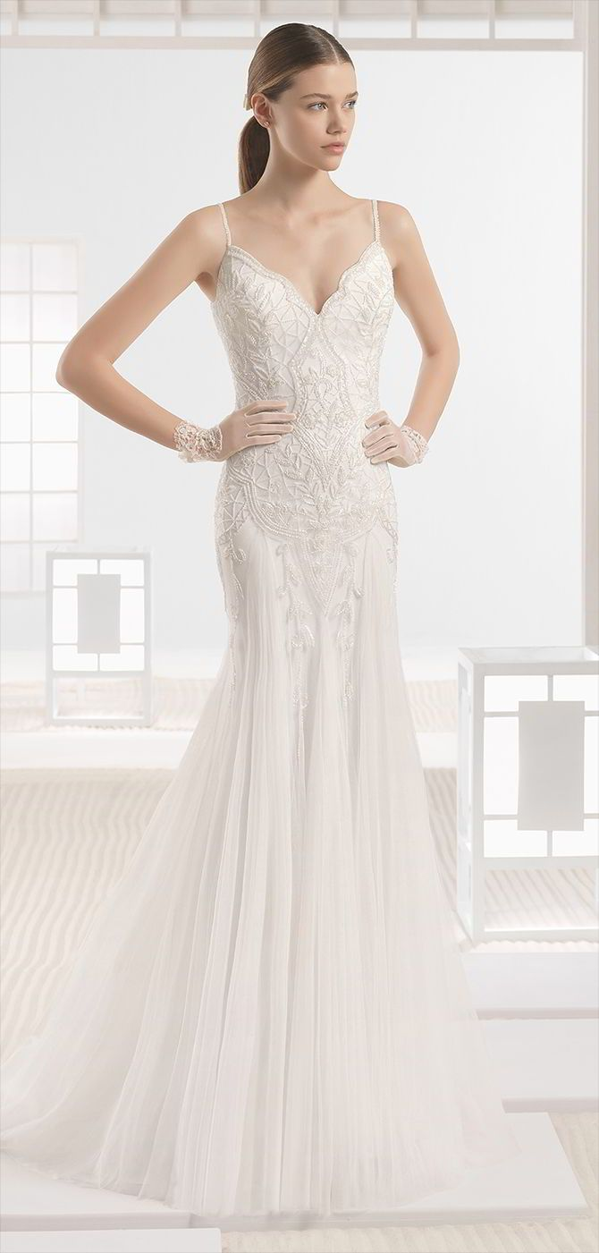 Soft tulle mermaid-style dress with beaded embroidery and V-neck and V-back, in natural.