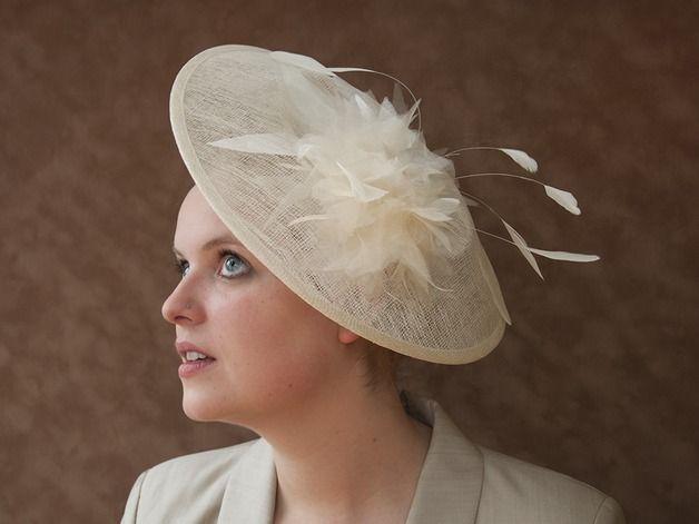 Eleganter, grosser, cremefarbener Hut im Stil der 50'er Jahre, mit Organzablüte und Federn.  Für den grossen Auftritt, leicht wie eine Sommerbrise.