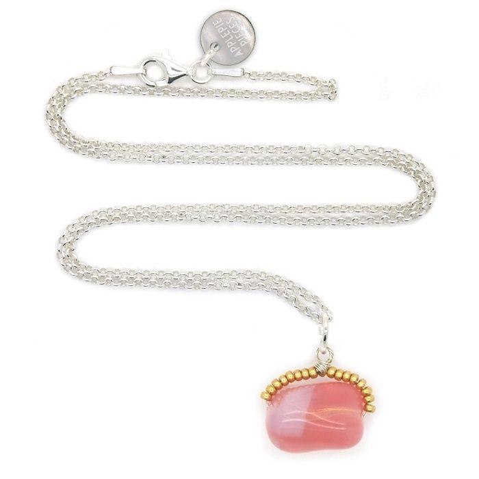 * * * IN THE SPOTLIGHTS * * *  Philosopher's stone pink lemonade ketting - Deze symbolische 'steen der wijzen' is bedoeld om jou eraan te herinneren dat je alles om je heen naar jouw hand kunt zetten. Wat er ook gebeurd, blijf positief, kijk vooruit en zet je schouders eronder. Power to you met deze roze opaalachtige glazen pebble.   Bestel hier >>> http://www.applepiepieces.com/a-45235680/nieuw/philosopher-s-stone-pink-lemonade-ketting/