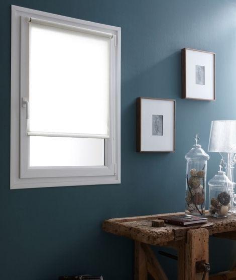 Découvrez le Store Enrouleur Voile Blanc Sans percer, parfait pour créer une atmosphère chaleureuse en toute simplicité
