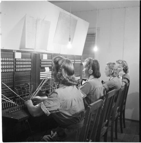 Puhelinkeskus lottineen. 1942.  Nurmoila. SA-kuva.