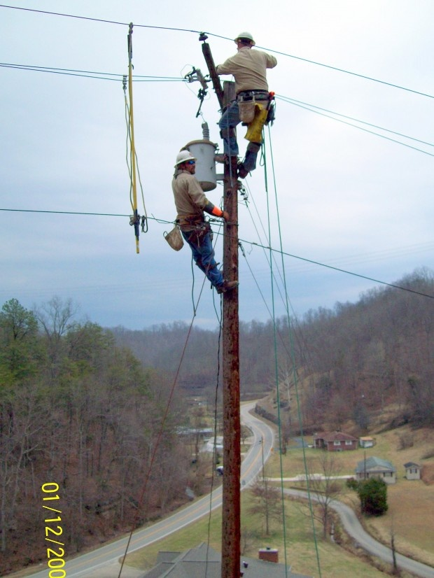 electrical lineman Electrical lineman career a job as an electrical lineman falls under the broader career category of electrical power-line installers and repairers.
