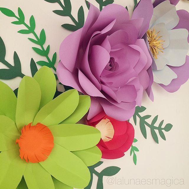 Flores de papel de lalunaesmagica for Como pegar papel mural