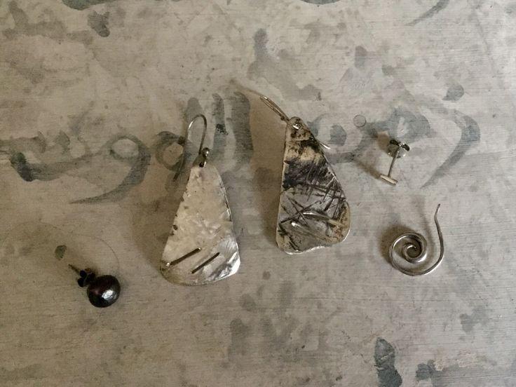 Orecchini argento ossidato da un lato e spazzolato dall'altro, ear jacket, varianti possibili, handmade di atelieretoiles su Etsy https://www.etsy.com/it/listing/272129350/orecchini-argento-ossidato-da-un-lato-e