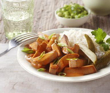 Gör en helt vegetarisk korv Stroganoff, denna vardagsfavorit. Ett snabbt och enkelt recept som du lagar snabbt och med ett krämigt resultat.