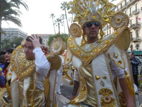 http://www.frenchtoday.com/blog/le-carnaval-de-nice  Regardez aussi: http://www.frenchtoday.com/blog/la-bataille-de-fleurs-du-carnaval-de-nice-bilingual-story
