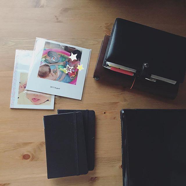 heliotropium5112017.9.16 sat ☔︎ ・ ・ かれこれ4〜5ヶ月ほど放置している写真印刷、インクも補充したし今日こそは! 編集とかトリミングとか面倒でいつも溜まってしまう💦 そろそろ印刷しておかないと(^-^; ・ 娘が生まれてちょっとしてから#TOROT とか、最近初めて#nohana とかでアルバムを作ってみて、手軽だし悪くないけど、自分の小さい頃を思い返すとやっぱり普通に写真印刷して、ちゃんとしたアルバムに残しておいたほうが後から家族皆でバッと開いて見返しやすいし楽しいかな?と悩んでいる🤔 大きいアルバムは嵩張るからなーとずっと迷っていたけど娘が生まれて3年、やるなら今かも。 ・ ・ #育児日記 #手帳 #モレスキン #ファイロファックス #トラベラーズノート #アルバム #diary #filofax #moleskine #travelersnotebook2017/09/16 12:15:21