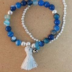 Duo de bracelets en stretch , 21 perles de jade sédiment bleu en camaîeu, 5 perles argentées lisses, une feuille de verre bleu