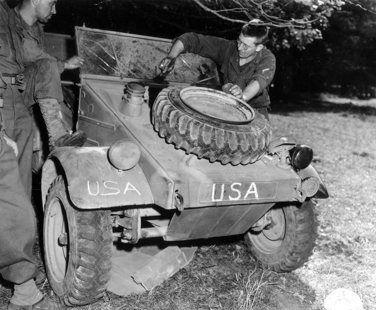 "https://flic.kr/p/8JeQQp | p012088.jpg | Le 9 Août 1944 à Saint Manvieu Bocage, le Sgt Hunt (28th US ID) repeint une Kübelwagen (jeep  allemande)   immatriculée "" USA "". Référence : Chemins oubliés du bocage d'André Laroze. Selon ce site :  recherche.archives.manche.fr/?id=recherche_documents_figures Cote: 13 Num 899 Sgt H. V. Hunt of Hohnsonburg, Pa. Pour aller plus loin: fr.wikipedia.org/wiki/Volkswagen_Kübelwagen"