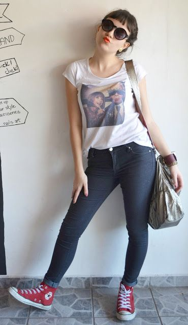 T-shirt branca Anna Wintour e Karl Lagerfeld, calça skinny cinza escura, All star botinha vermelha, óculos de sol redondo